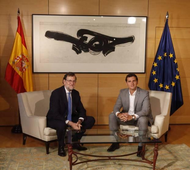 Mariano rajoy, Añbert Rivera y 'La Raíz del viento' de Martín Chirino